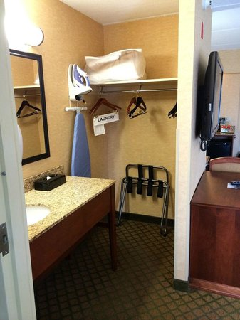 Holiday Inn Express Hotel & Suites Tempe: closet