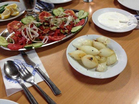 Pala'nin Yeri : Salad, onions, barbecued onions, yoghurt