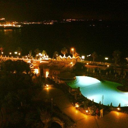 Dolmen Resort Hotel: Hotellområdet by nigth