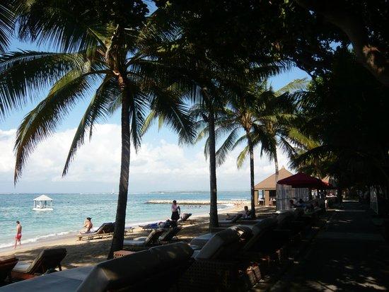 Puri Santrian: Hotel beach