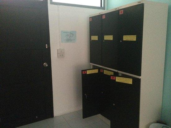 De Talak Hostel: lockers space across from the in-room bathroom