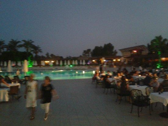 Crystal Paraiso Verde Resort & Spa : havuz başı canlı müzik