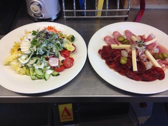 Rueti Herisau: Zvieri teller und Salat teller mit Ei.