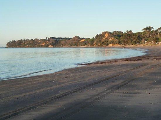 Orua Bay Beach Motor Camp & Accommodation: Looking up the beach Eastwasrds.