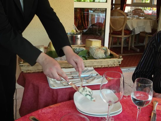 Les 3 Soleils de Montal : Service from the cheese trolley.