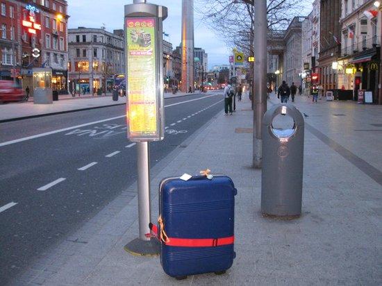 O'Connell Street: 空港行きバス停 他、ツアーバスなど。near the G.P.O
