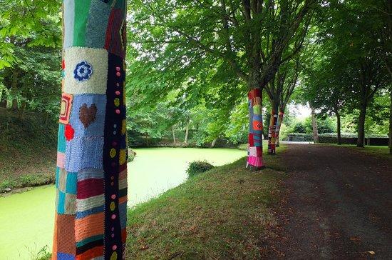Chateau de Goulaine : Les arbres emmaillotés du parc