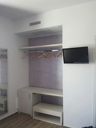 Armadio a vista e Tv - Foto di Hotel La Pineta, Follonica - TripAdvisor