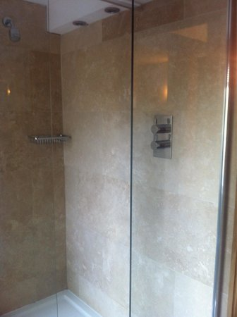 Ennios Boutique Hotel: Minerva bathroom large powerful shower