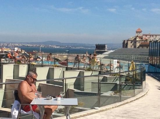 VIP Executive Éden Aparthotel : 10ende etage med pool og udsigt