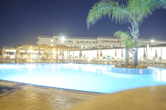 Asterias Beach Hotel : Poolanlage by night