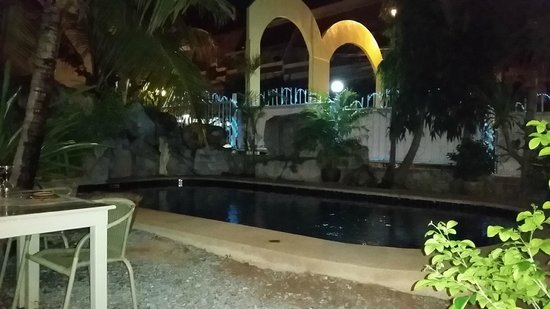 Le Saint-Regis : Outdoor dining by swimming pool.