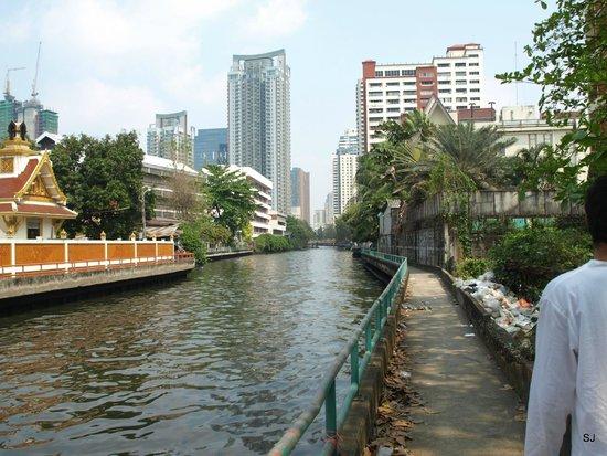 Ariyasomvilla : walk along the klorng