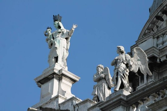 Basilica di Santa Maria della Salute: Roof Statues