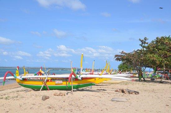Prama Sanur Beach Bali: Plage devant l'hôtel