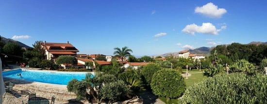 B&B Al Giardino : Pool area and the house above the Palermo