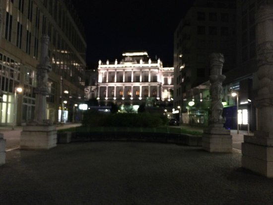 Vienna Marriott Hotel: Hotel on the left (nice square)...wished for a hotel bar/restaurant outdoor !!