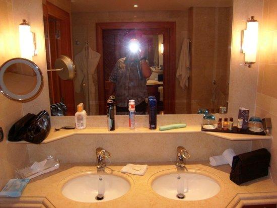 Sheraton La Caleta Resort & Spa, Costa Adeje, Tenerife : Decent Bathroom