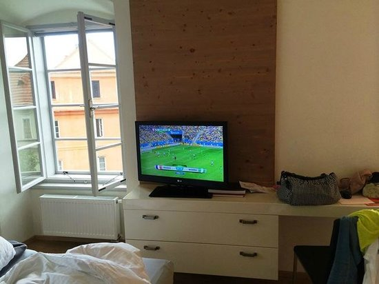 Pension Athanor: Nice TV with HD channels. Cozy to stay in at a rainy night.
