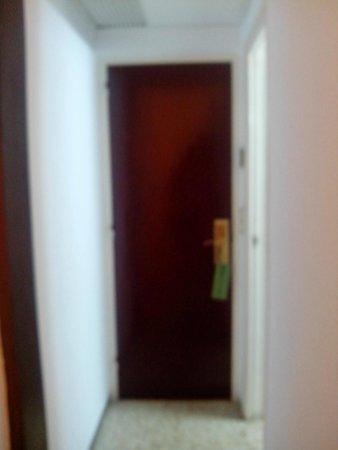 Hotel Samba: Puerta habitación
