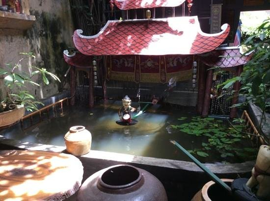 Essence Hoi An Hotel & SPA: Amazing antique shop opposite Yaly selling water puppets
