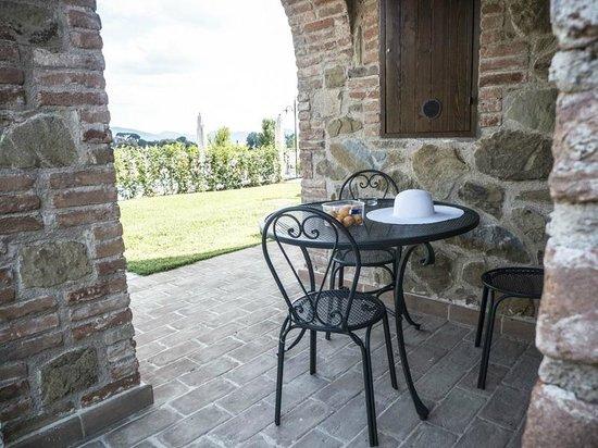 Il Borgo sul Lago : Loggiato di un appartamento con vista su piscina