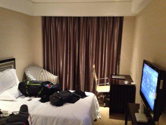 Andersen Culture Hotel : Chambre Avec surprise derrière le rideau