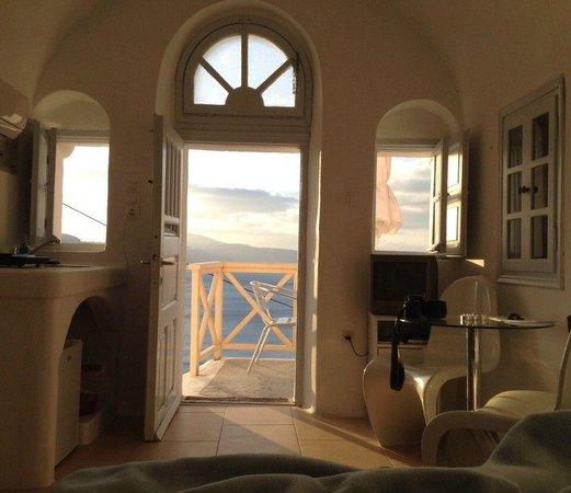 VIP Suites: Вид с кровати на выход балкон