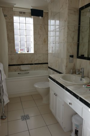 44 Curzon Street by Mansley : The huge bathroom
