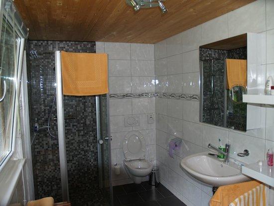 Birkenhof Brand: ruime nieuw badkamer