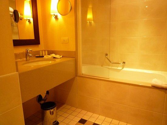 Radisson Blu Hotel, Paris-Boulogne : 浴室
