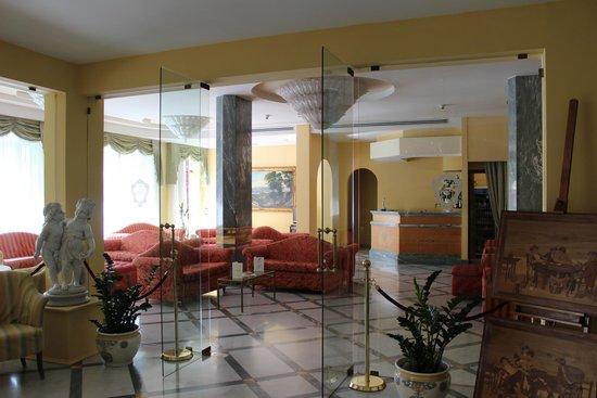 Hotel Zi Teresa: Lounge area and bar