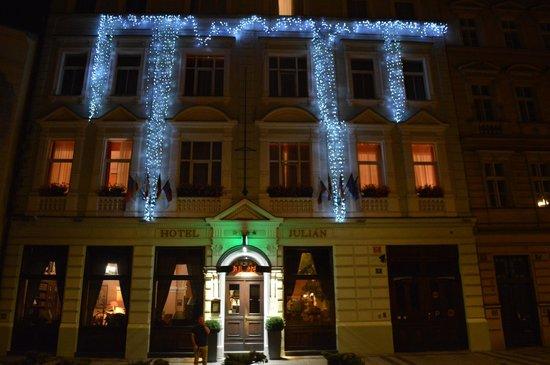 Hotel Julian: Hotel exterior