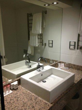 Hotel Grand Chancellor Launceston: Vanity, Bathroom, King Room