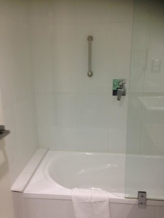 Hotel Grand Chancellor Launceston: Shower, King Room