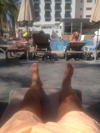 Flash Hotel Benidorm: Lucky legs