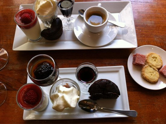 AU VIEUX COMPTOIR : Cafe gourmand with a selection of mini desserts