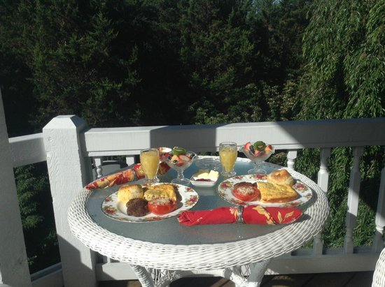 Innisfree Bed & Breakfast By-The-Lake: Breakfast on the veranda
