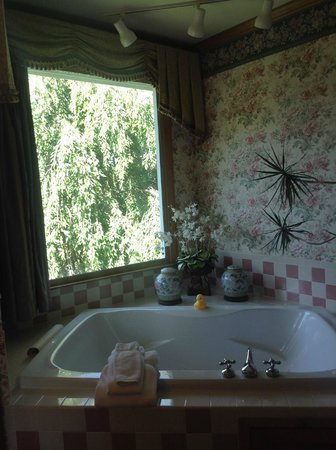 Innisfree Bed & Breakfast By-The-Lake: The garden tub
