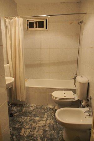 Pensao Avenida: トイレとお風呂です。