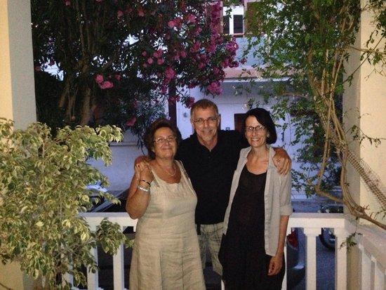 Hotel Sonia: Sonia mit zwei Gästen im Juli 2014