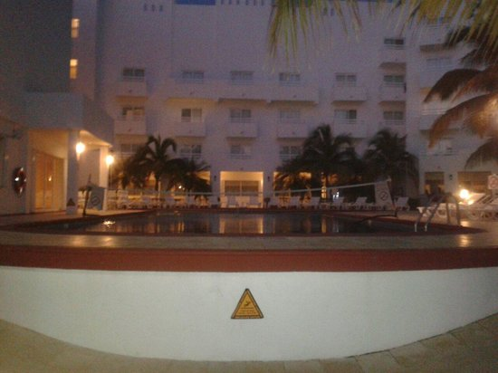 Holiday Inn Cancun Arenas: Piscina vista desde la playa 5am