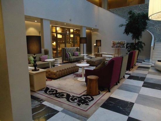 Hyperion Hotel Dresden : Upbeat Hotel Lobby