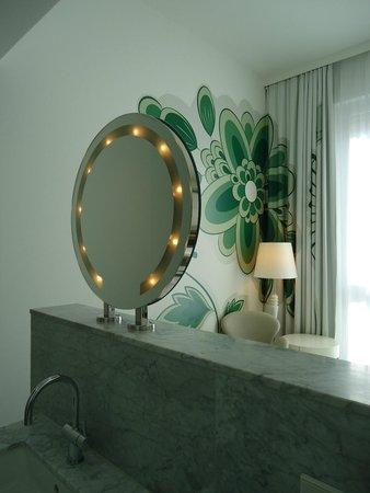 Swissotel Dresden: Movie star mirror in room....