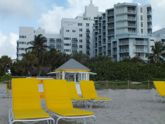Courtyard Cadillac Miami Beach/Oceanfront: Ocean Tower from the beach