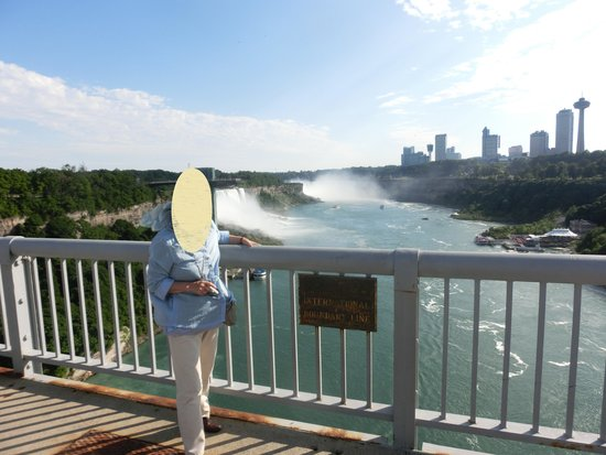Rainbow Bridge: ここが橋の真ん中、国境。