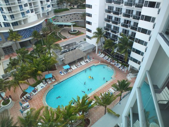 Courtyard Cadillac Miami Beach/Oceanfront : The pool view from room 1042