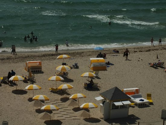 Courtyard Cadillac Miami Beach/Oceanfront : Beach view from room 1042