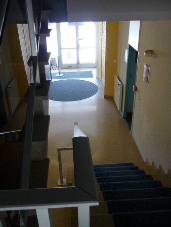 Hotel Le Peyreguet : Hall de l'hôtel vu du haut des marches pour se rendre à l'étage