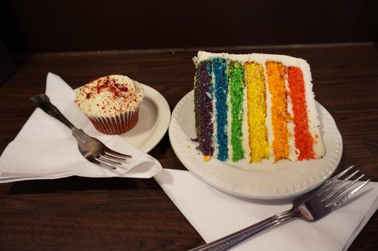 The Hummingbird Bakery: Red velvet cupcake and Rainbow cake